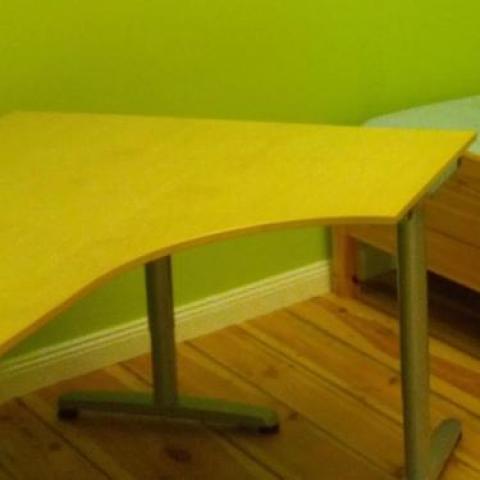 Угловой компьютерный стол IKEA